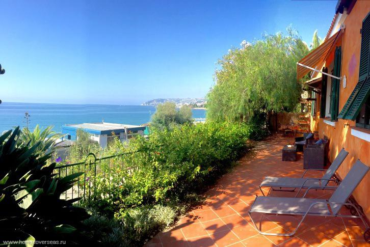 House in Liguria on the beach to buy